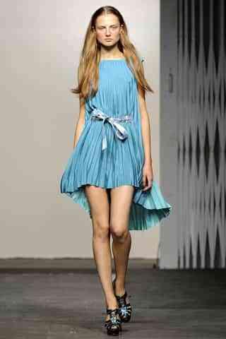 chica vestido celeste