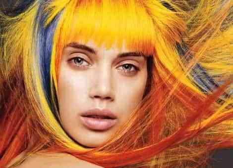 mujer de pelo multicolor