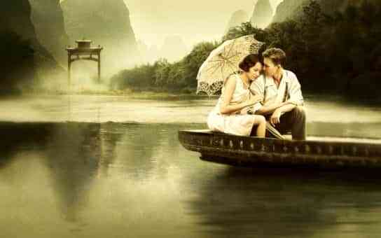 pareja sobre una barca