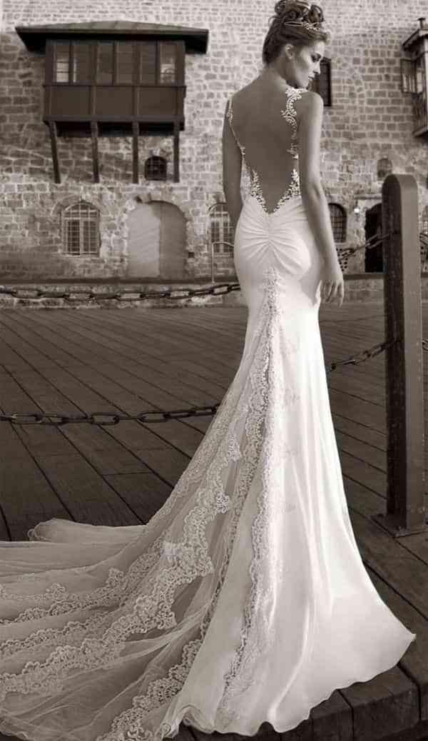 12 ejemplos de vestidos de novia originales con escote ¡en la espalda!