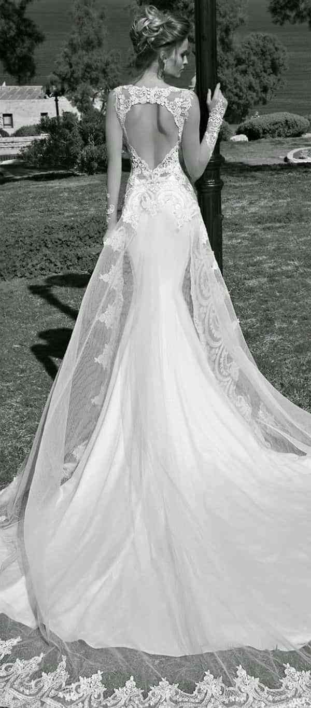 Vestido de novia blanco con vino tinto
