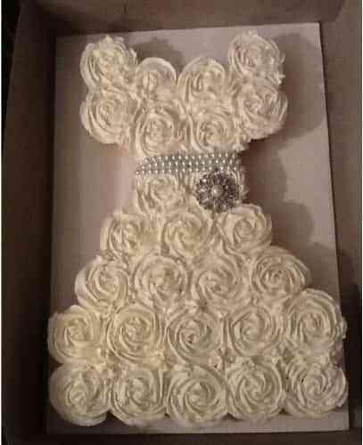 pastel de bodas con cupcakes vestido de novia