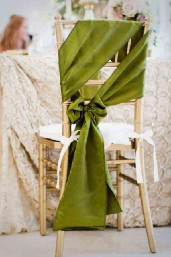 Hermosas ideas para decorar las sillas en una boda